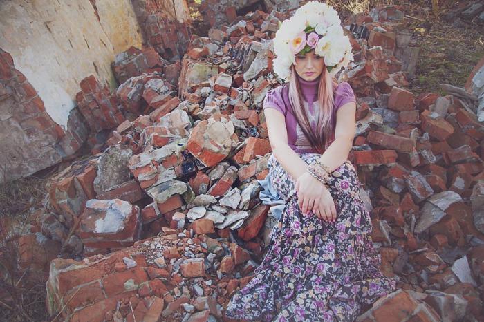 naine kividel